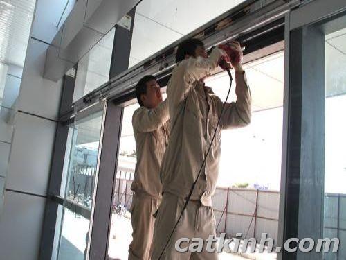 Khi bạn cần sửa cửa kính cường lực?